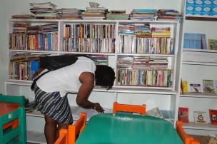 Zoe (APM Terminals) perusing books